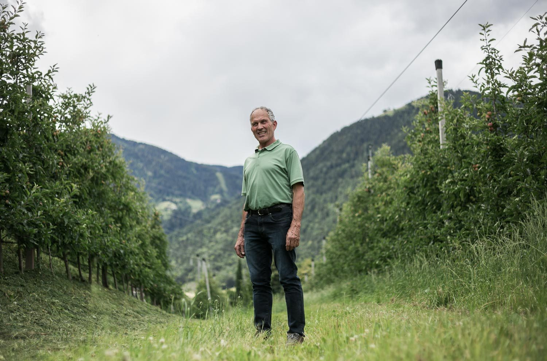 Bio-Bauer Toni Santer in seiner Apfel-Anlage